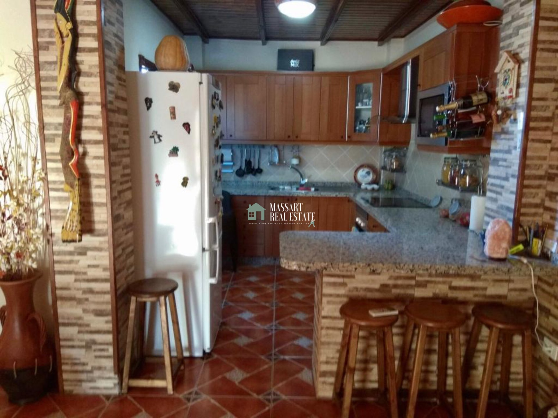 For rent in the beautiful coastal town of Alcalá (Guía de Isora), 80 m2 apartment characterized by its rustic and peculiar style.