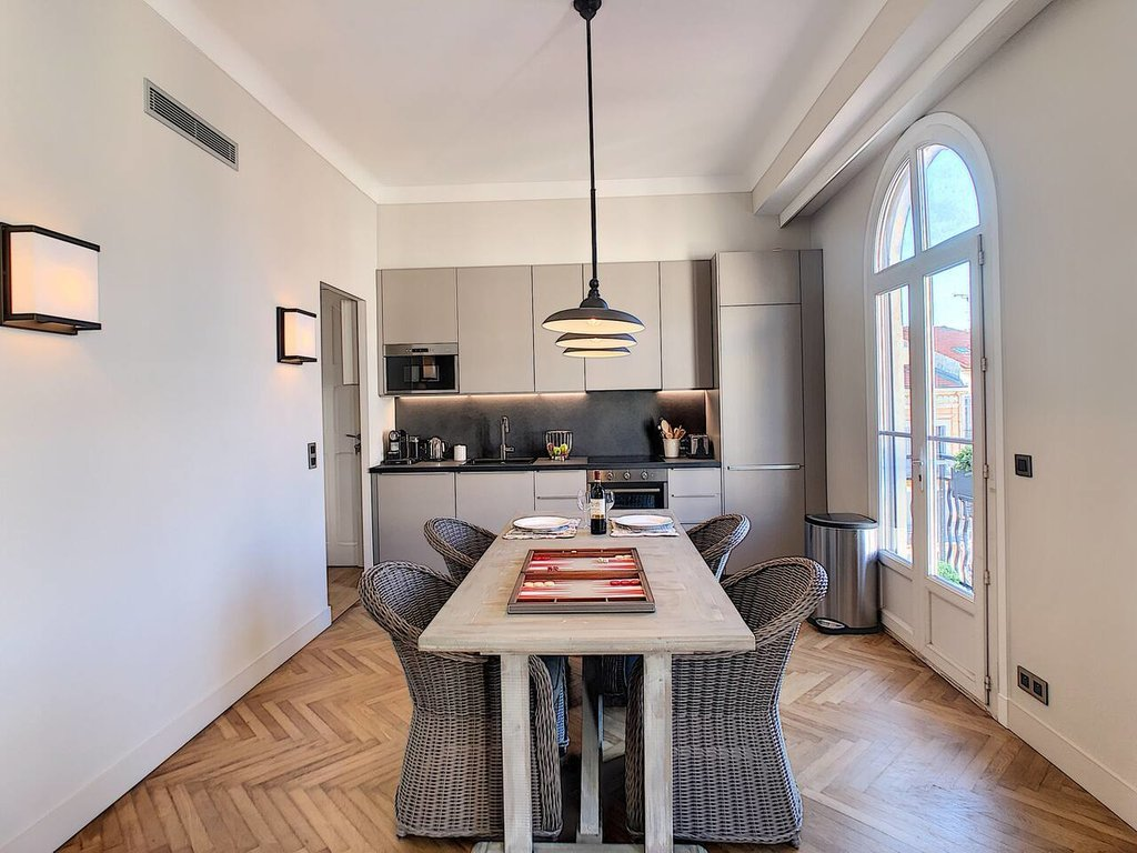 Superb 2 bedrooms apartment facing the market with side port view - Cannes Forville