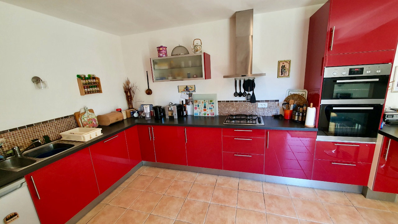 4 bed villa built in 2009 on the edge of a pretty village just outside Pezenas