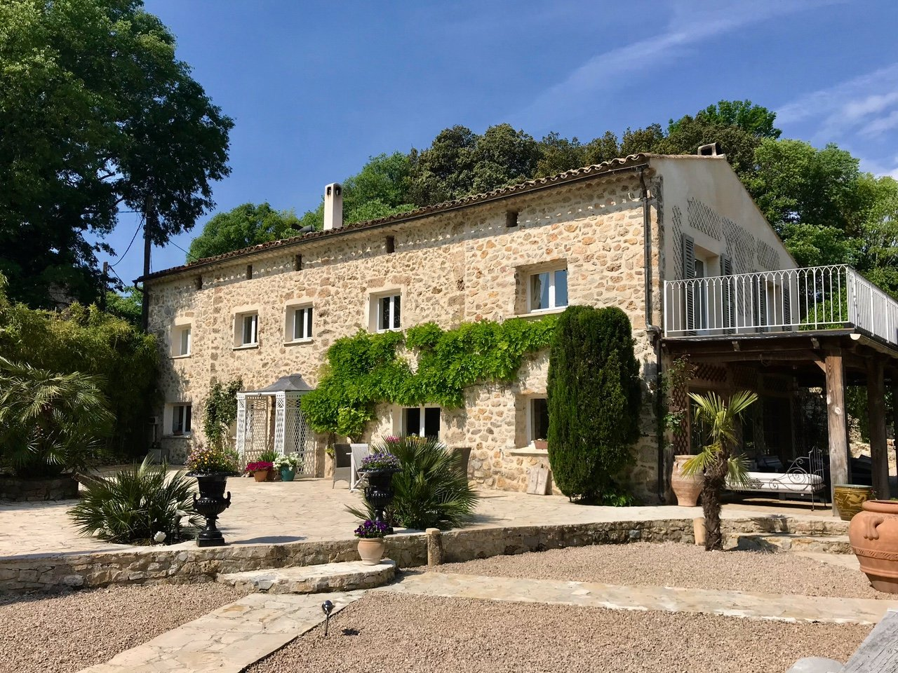 Two authentic,renovated bastides with a river