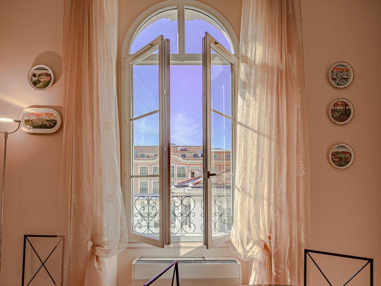 Vacker 2:a högt upp i huset - Nice Centre-Ville