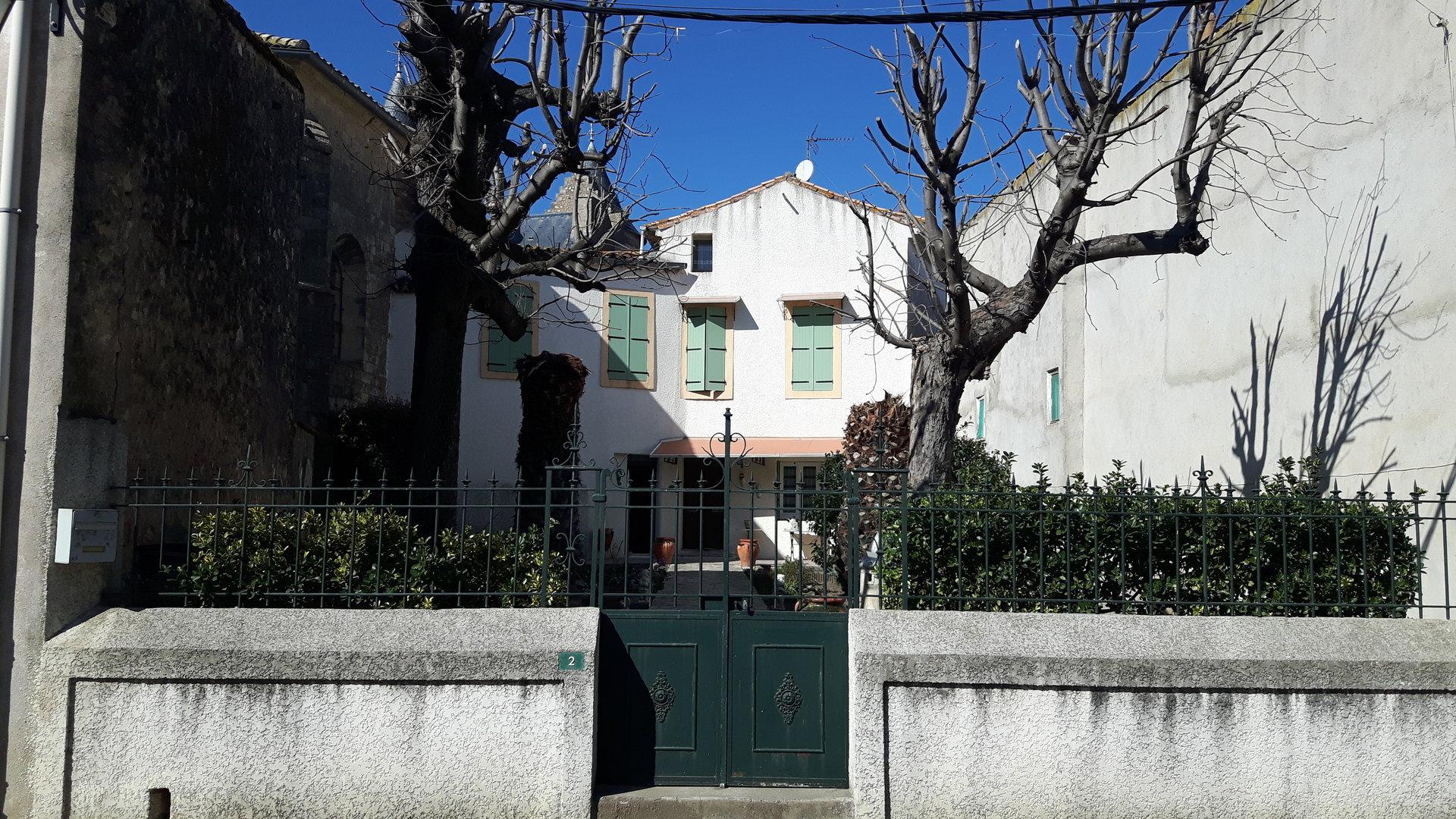 Elegant  herrskapshus med trädgârd