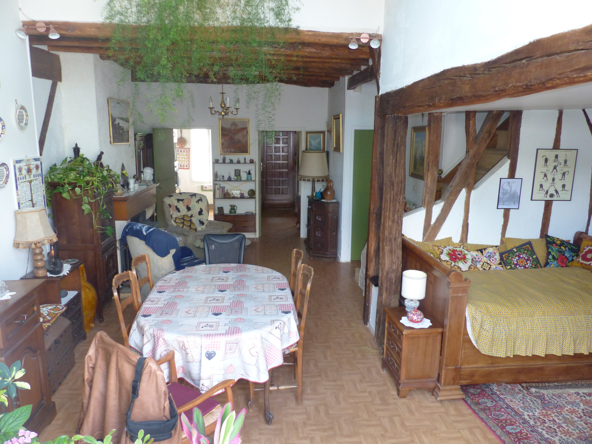 Maison ancienne avec commerces à pied