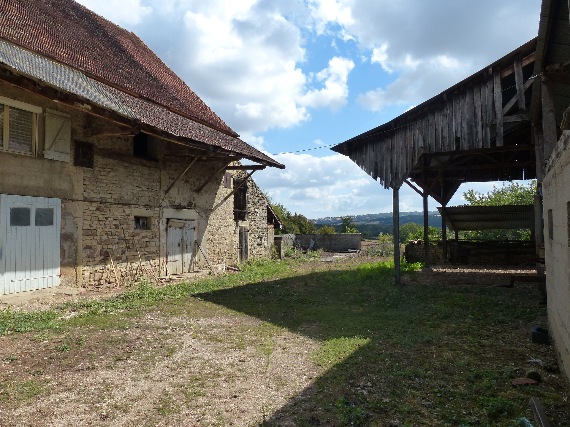 PROCHE GENOUILLY - AGREABLE FERMETTE SUR 3 HECTARES