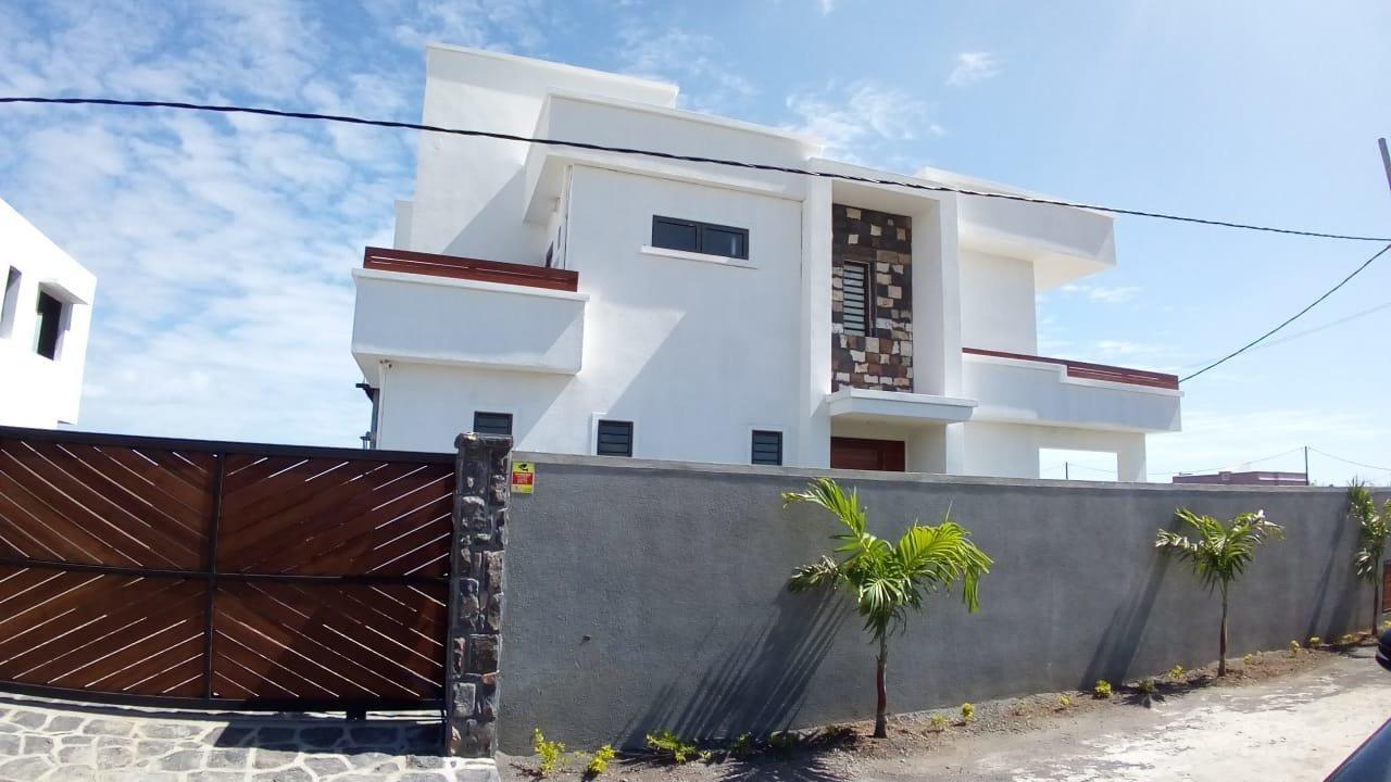 Maison neuve moderne près de la plage