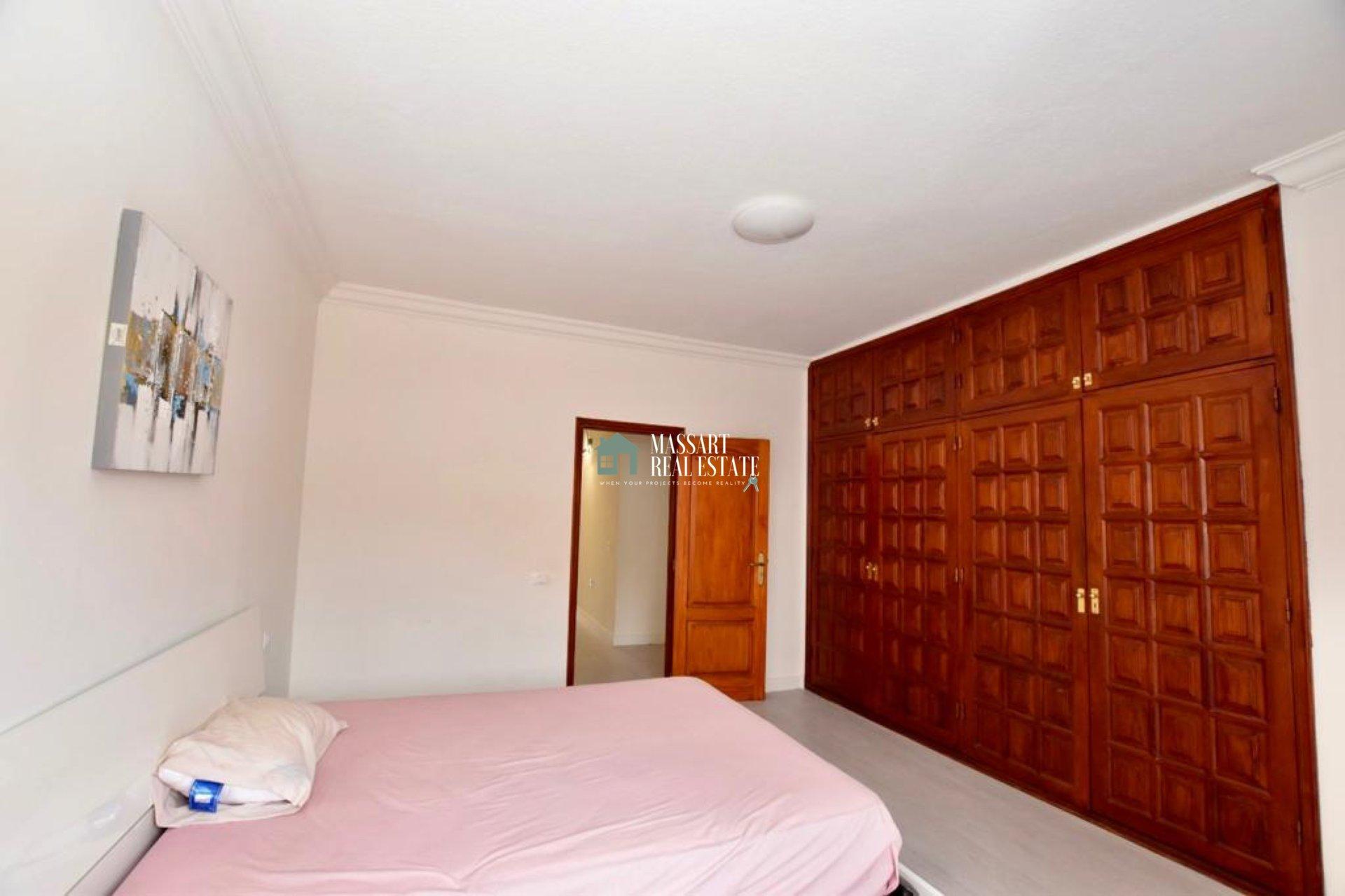 156 m2 große Wohnung, die sich durch ihre strategische Lage im Zentrum von Adeje sowie ihre Helligkeit und gute Verteilung auszeichnet.