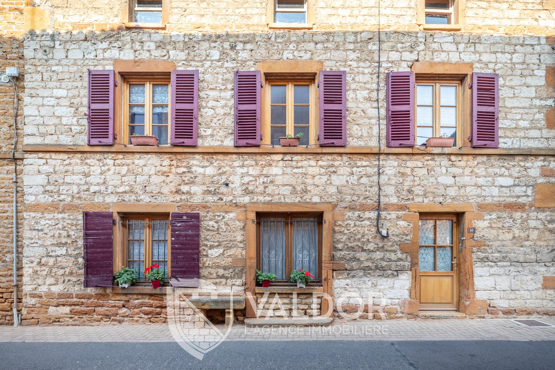 Maison de village en pierres dorées