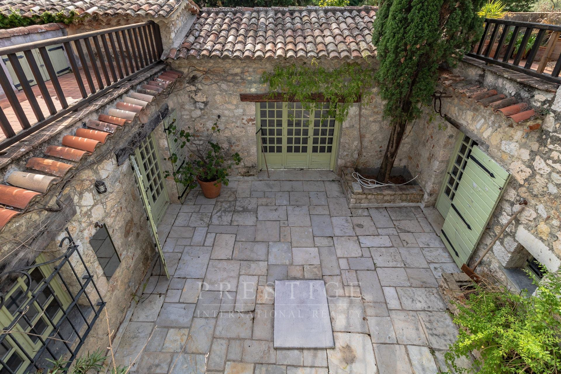 Cap d'Antibes, villa 346sqm to be renovated