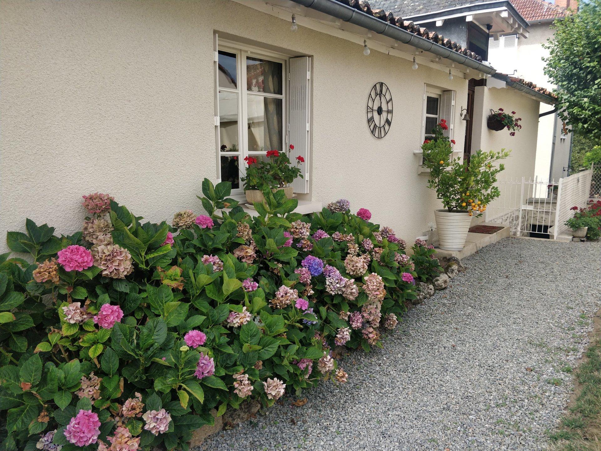 jolie maison en Pierre avec garage, jardin et dépendance