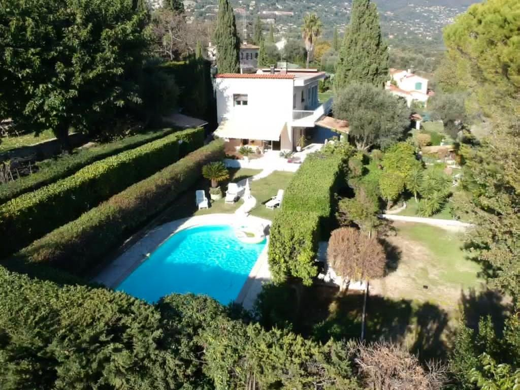 In a quiet environment , this house / villa (villa) of 180 m² (about 1935 ft²) has 6 rooms including 4 bedrooms. It has a swimming pool.