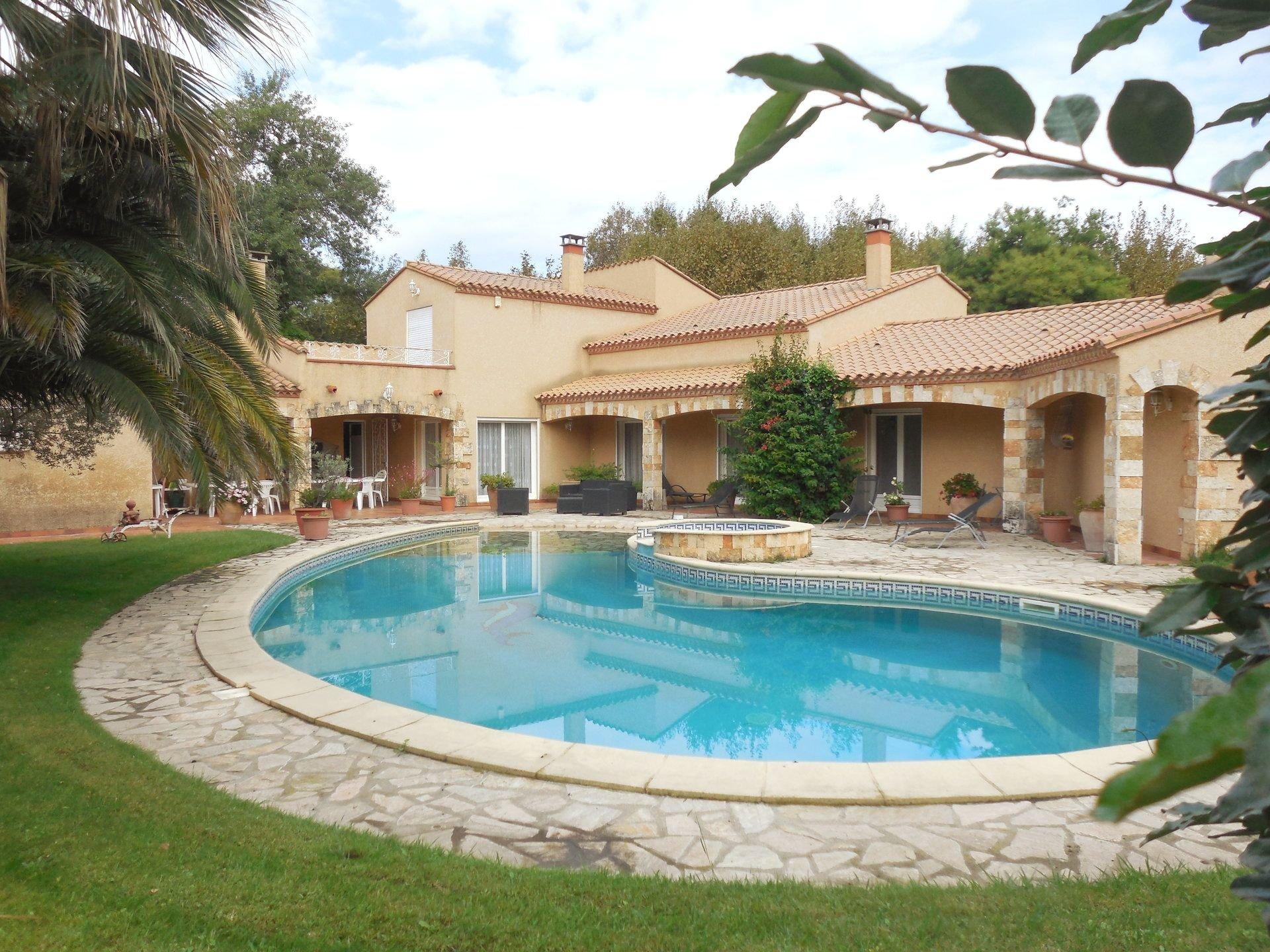 A vendre aux Capellans superbe villa T7 avec piscine