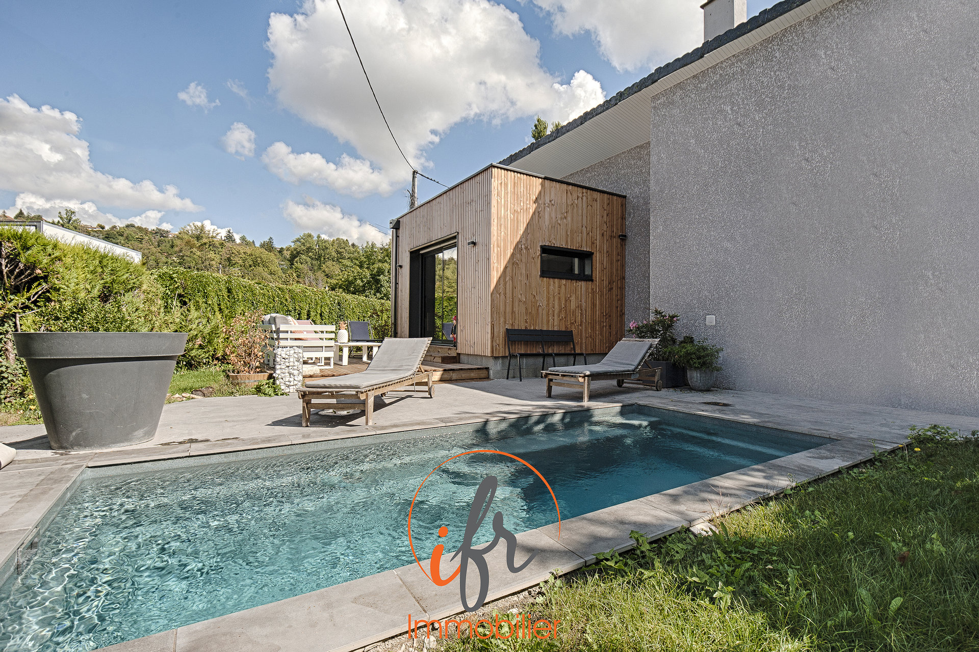 Villa rénovée avec piscine.