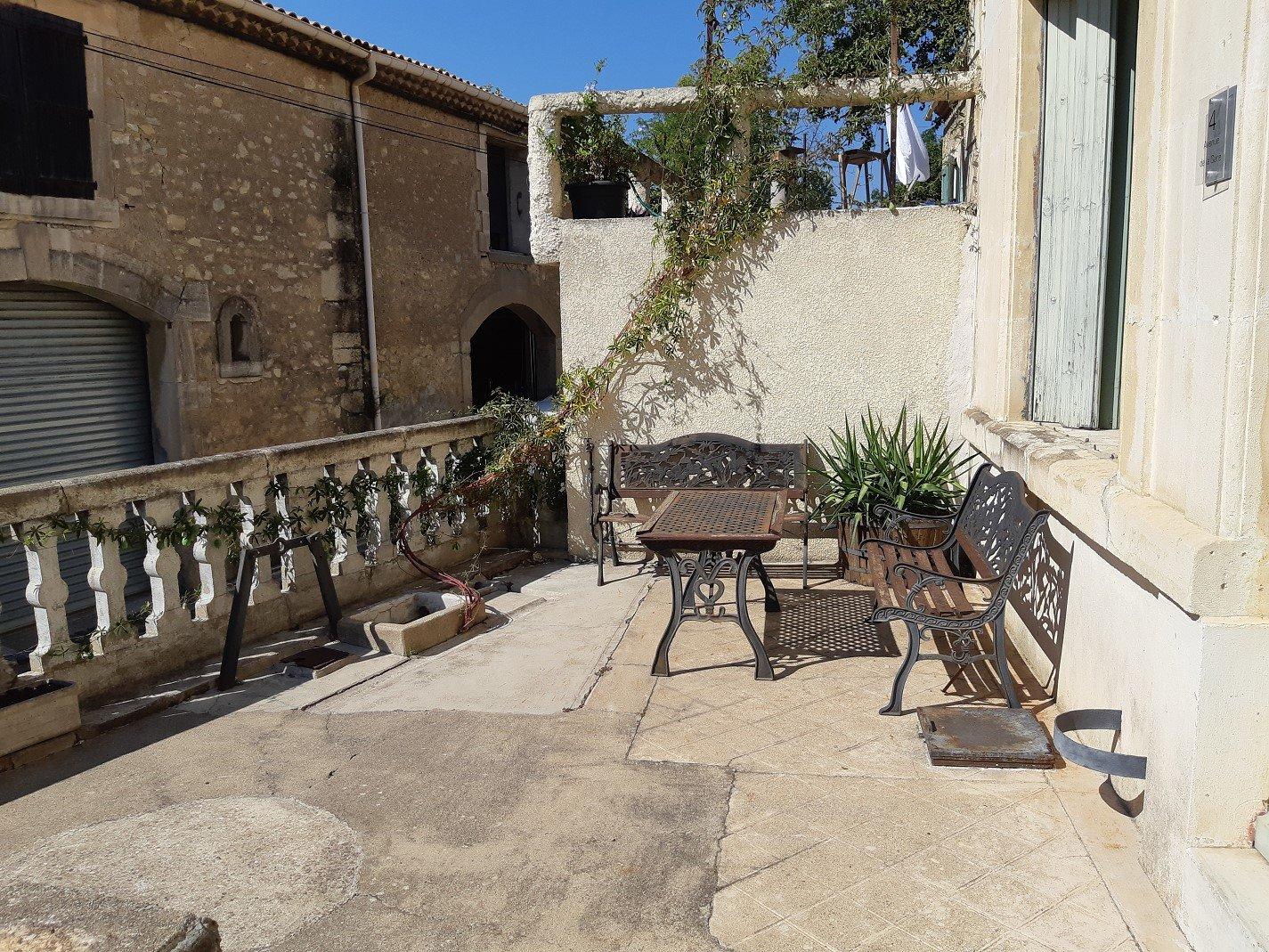 Vinbondehus med trädgârd och garage