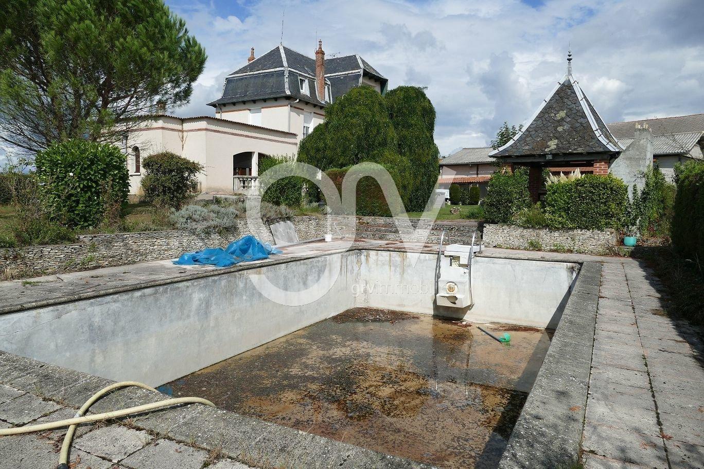 Hôtel particulier avec vue panoramique, parc, piscine, spa, puits, dépendances