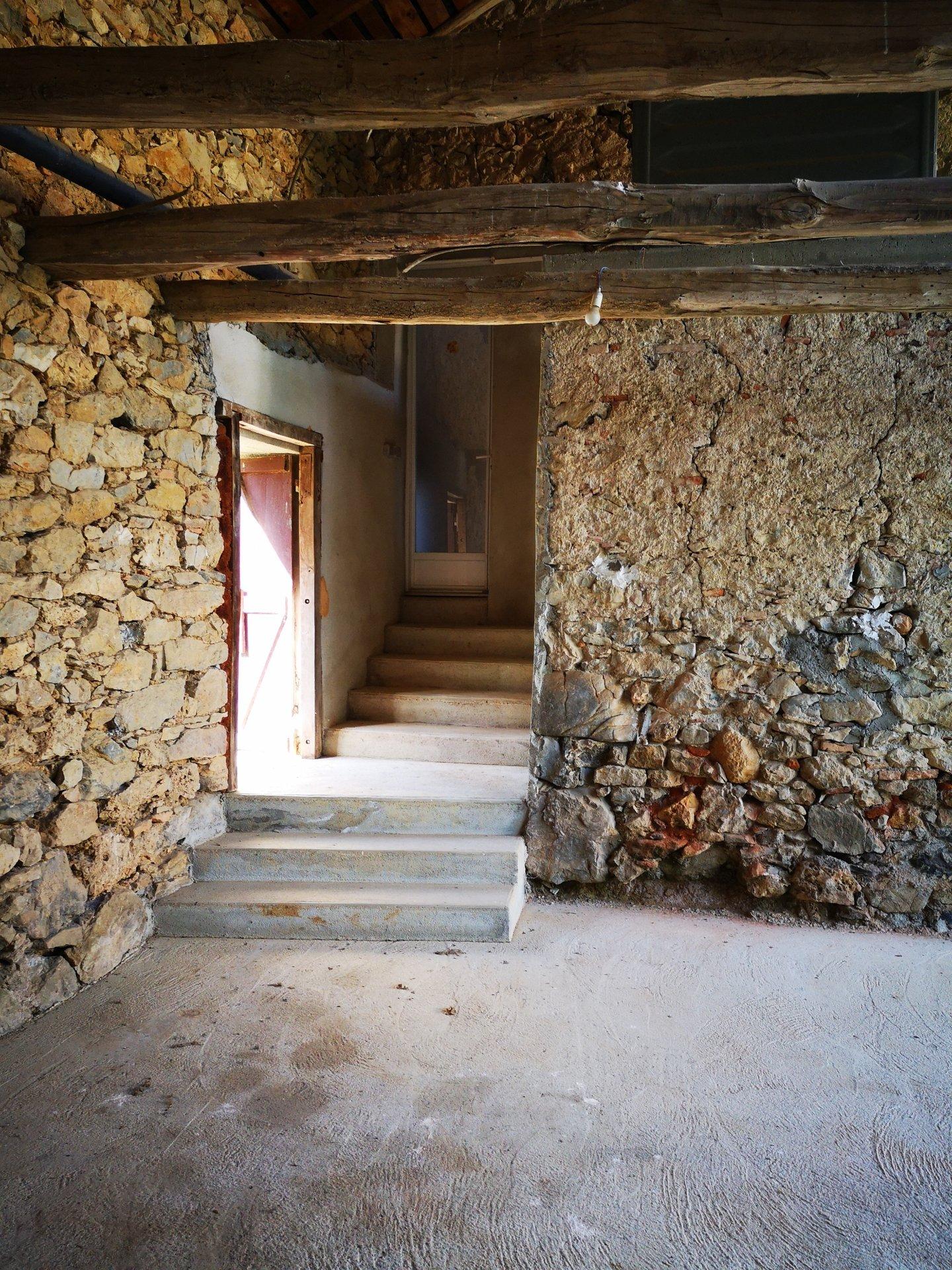 Maison avec dépendance sur immense terrain