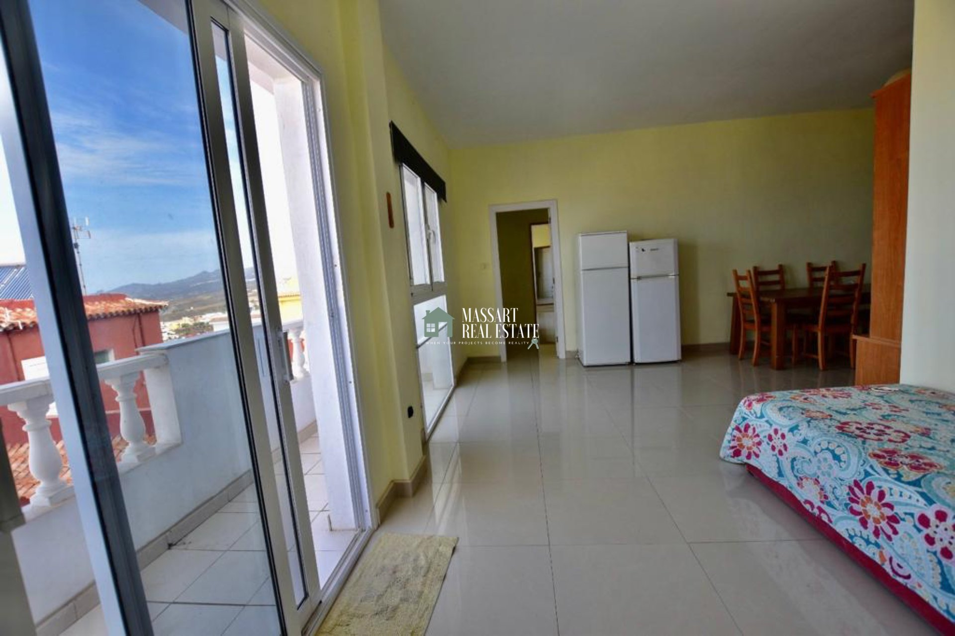 For rent in Tijoco Alto (Adeje), bright apartment characterized by its large size, its good distribution and for offering wonderful views of the sea and the island of La Gomera.
