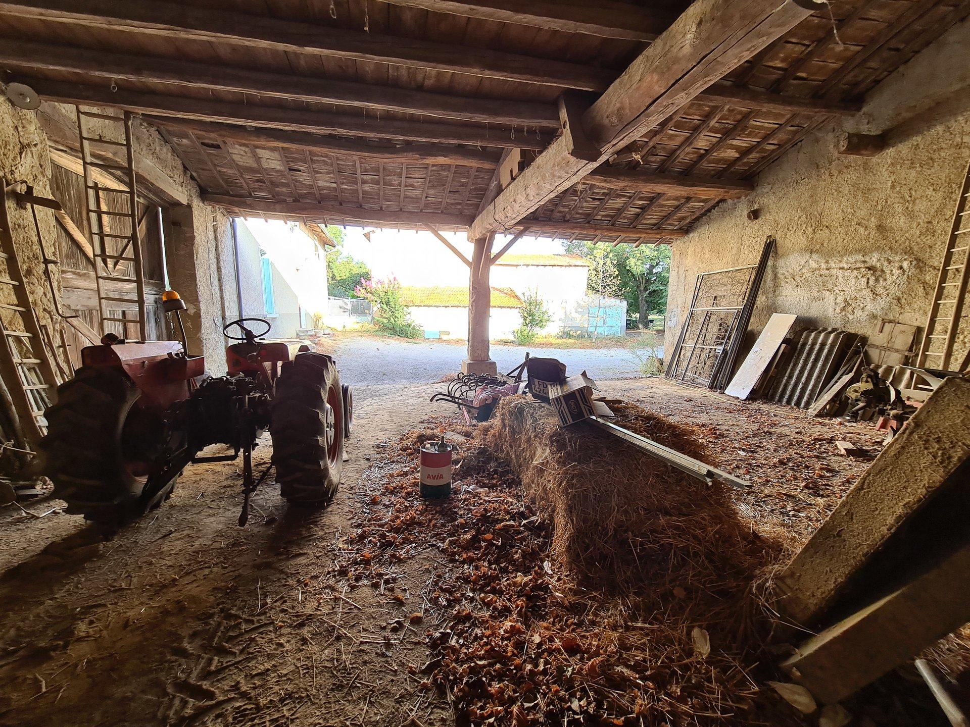 CHEYSSIEU, ancien corps de ferme à rénover T5 de 130 m² avec dépendances de 530m².