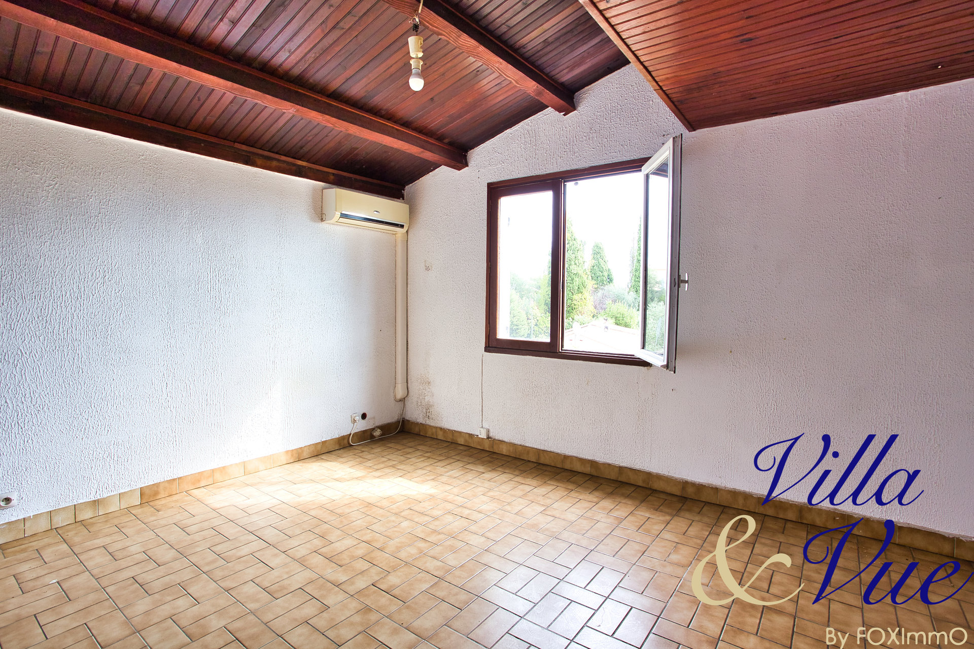 In Villeneuve Loubet, Bastide to renovate, high potential on 1335m2 of land.