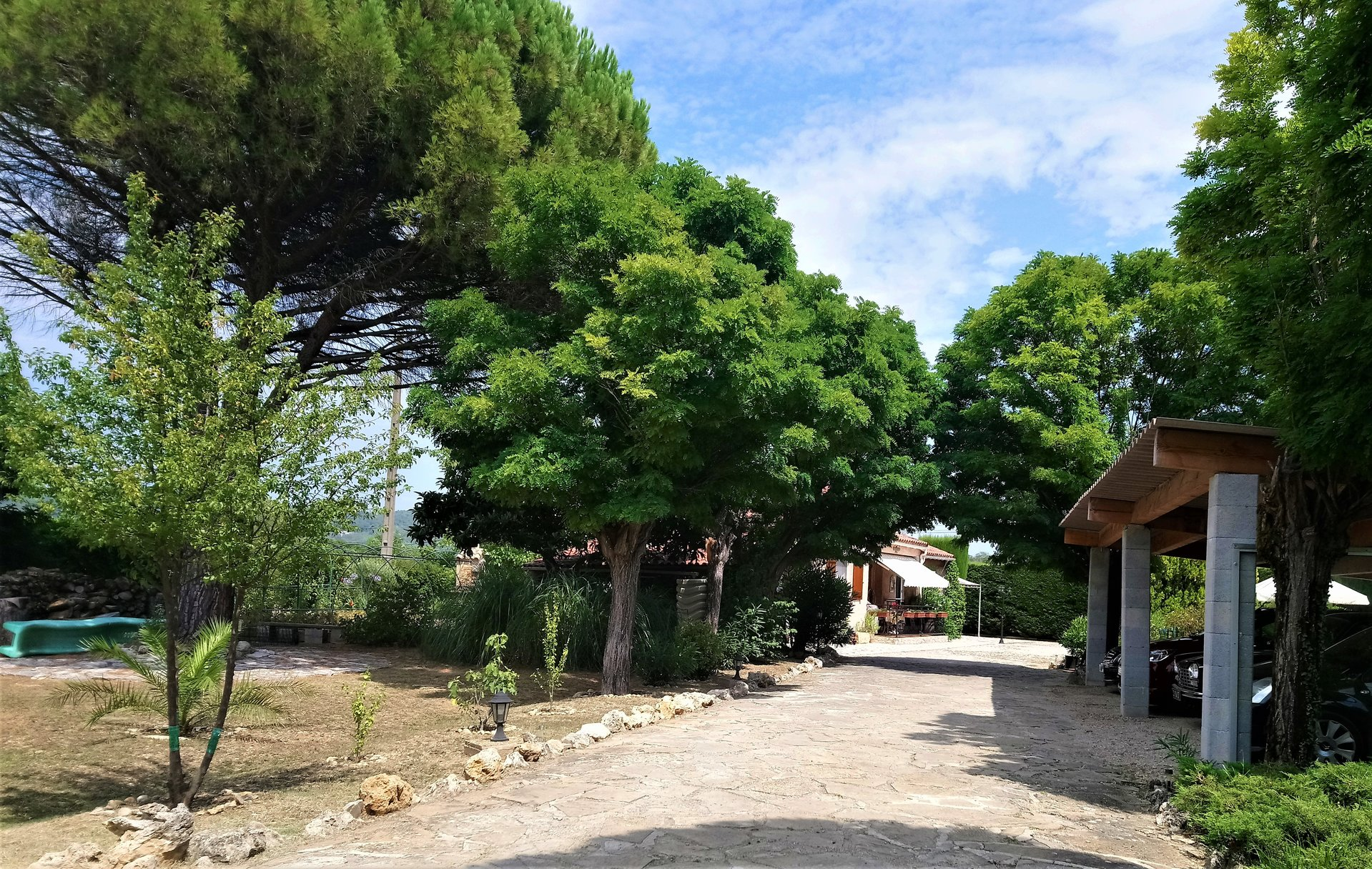 Charming Provençal villa, single storey on flat wooded and fenced land