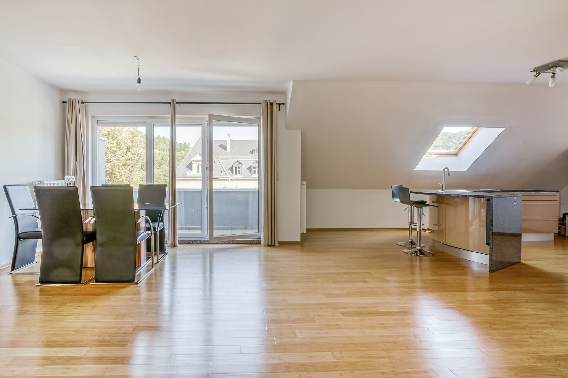 Spacious and bright 3 bedrooms appartement