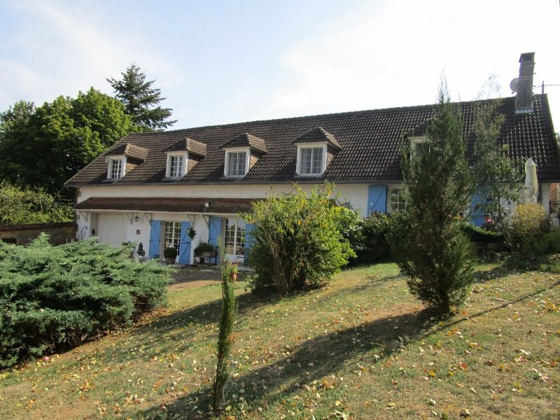 Large detached house with outbuildings and land in Burgundy