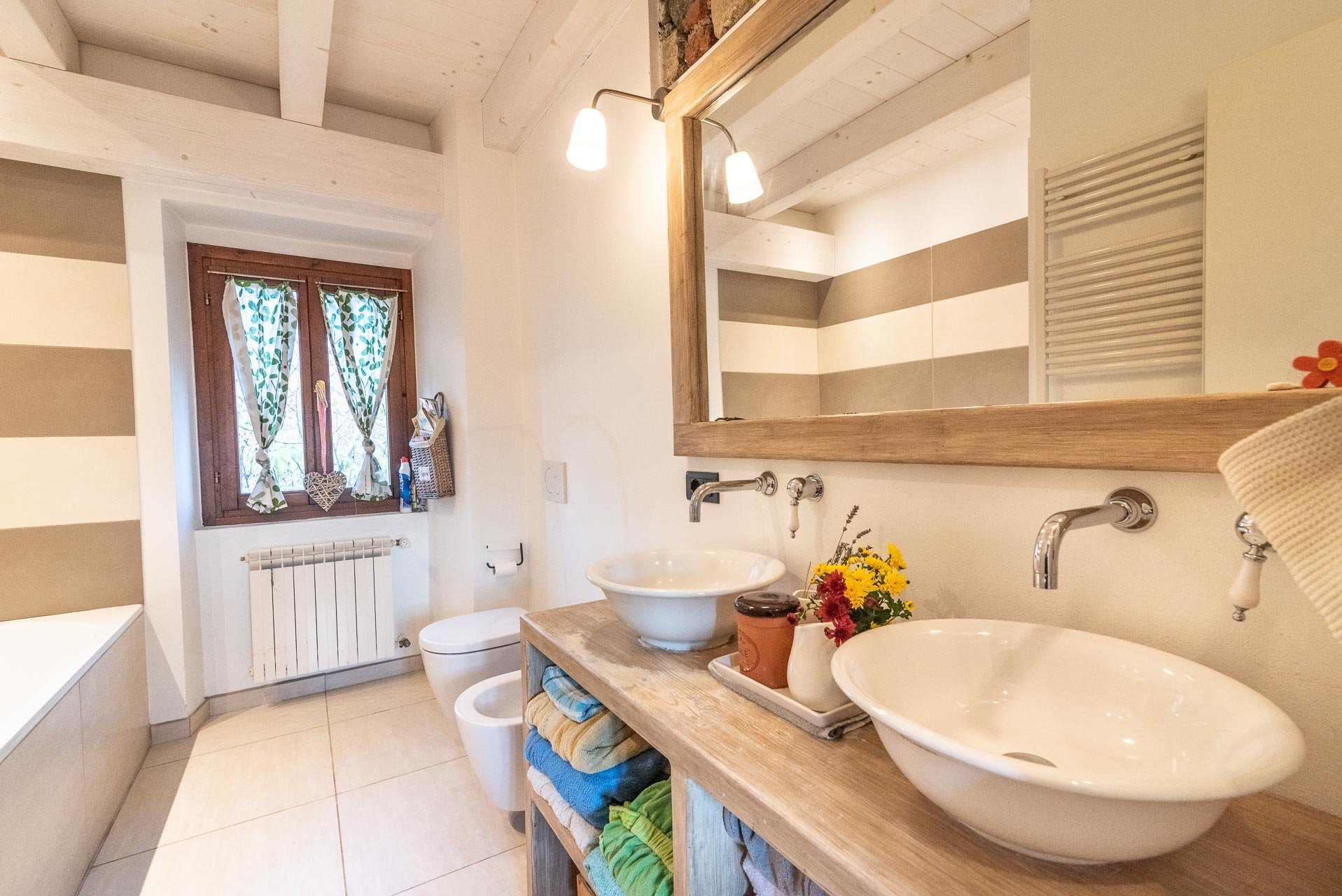 Country house for sell in Paruzzaro - bathroom with bathtub