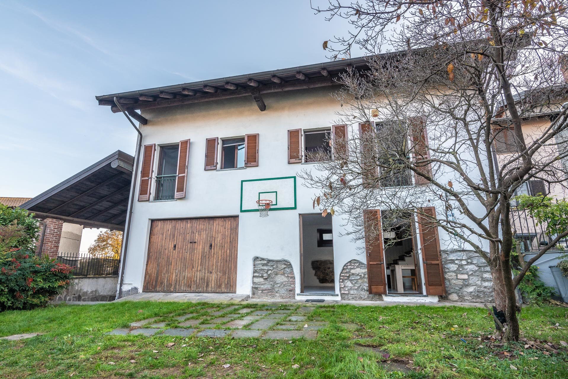 Country house for sell in Paruzzaro - villa from outisde