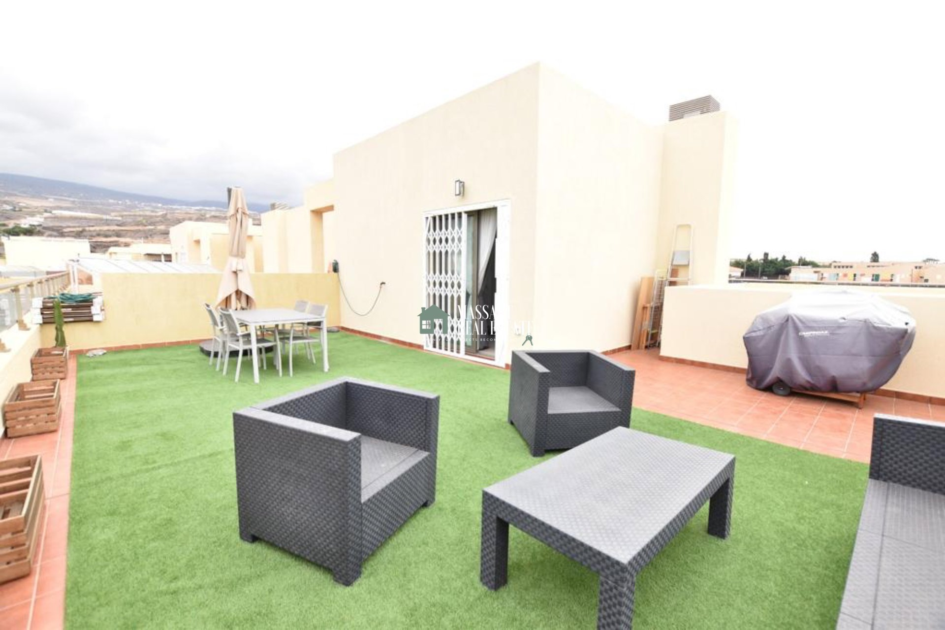 VENDESI nella bellissima cittadina costiera di Alcalá, attico duplex di grande pregio per la sua magnifica terrazza.