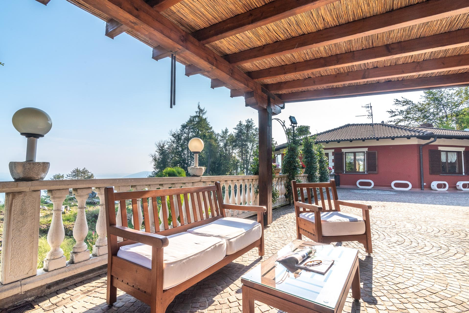 Villa for sale in Bee, with beautiful lake view