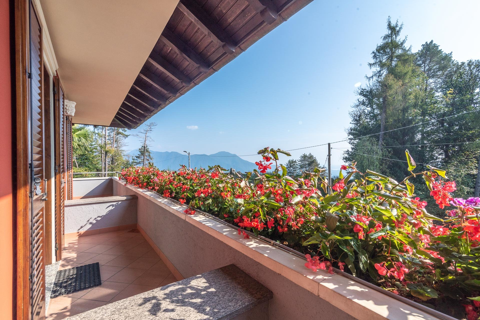 Villa for sale in Bee, with wonderful lake view - balcony