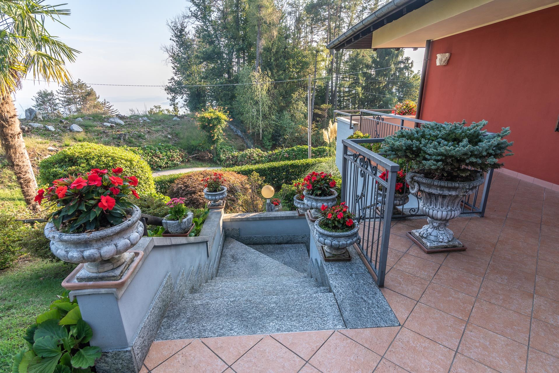 Villa for sale in Bee, with wonderful lake view - entrance