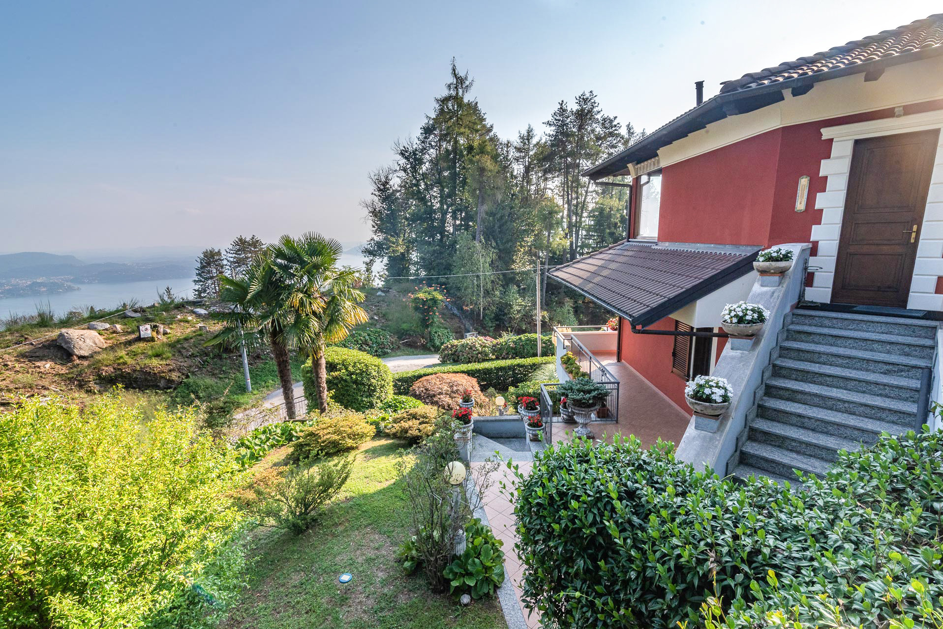 Villa for sale in Bee, with wonderful lake view - yard