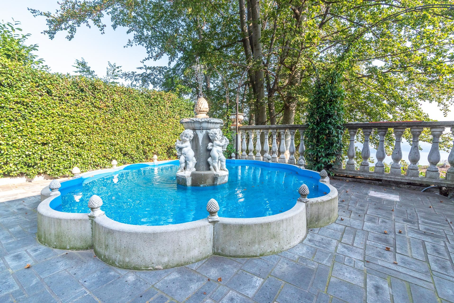 Villa for sale in Bee, with wonderful lake view - fountain