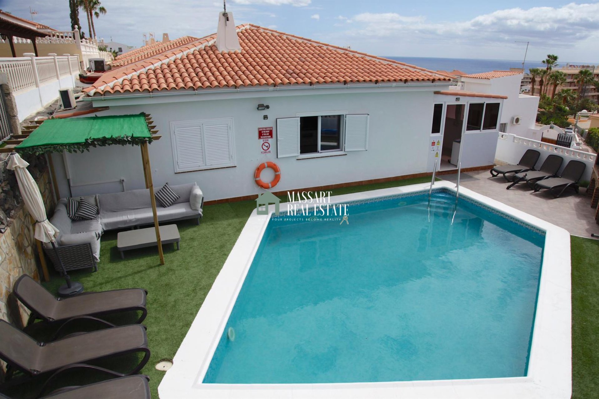 Exclusive villa for rent in the residential complex Sueño Azul (Callao Salvaje) characterized by offering dreamy sea views.