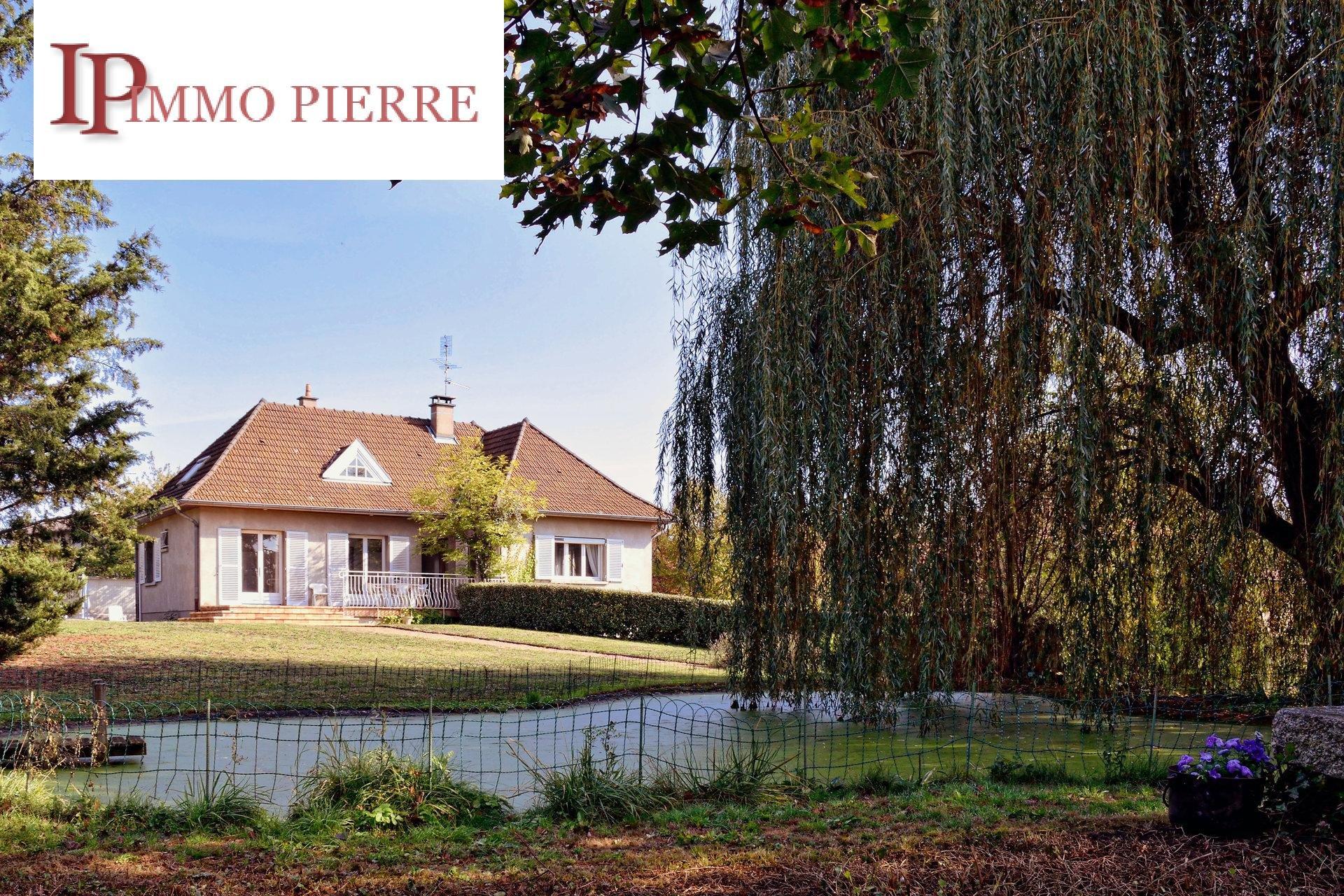 Maison traditionnelle de 180 m², avec jardin et piscine.