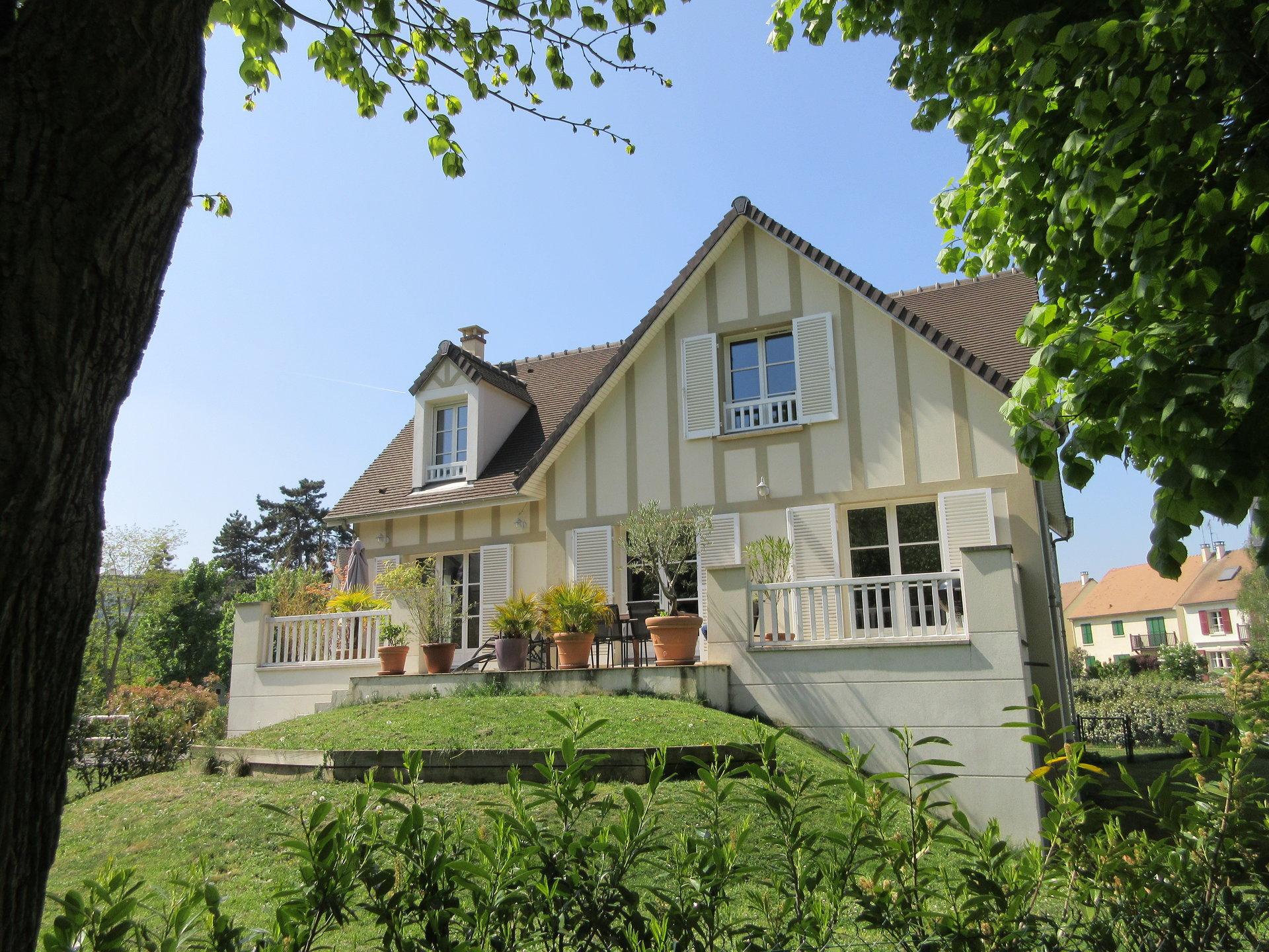Proche Bords de seine, maison récente avec terrasse et jardin au calme.