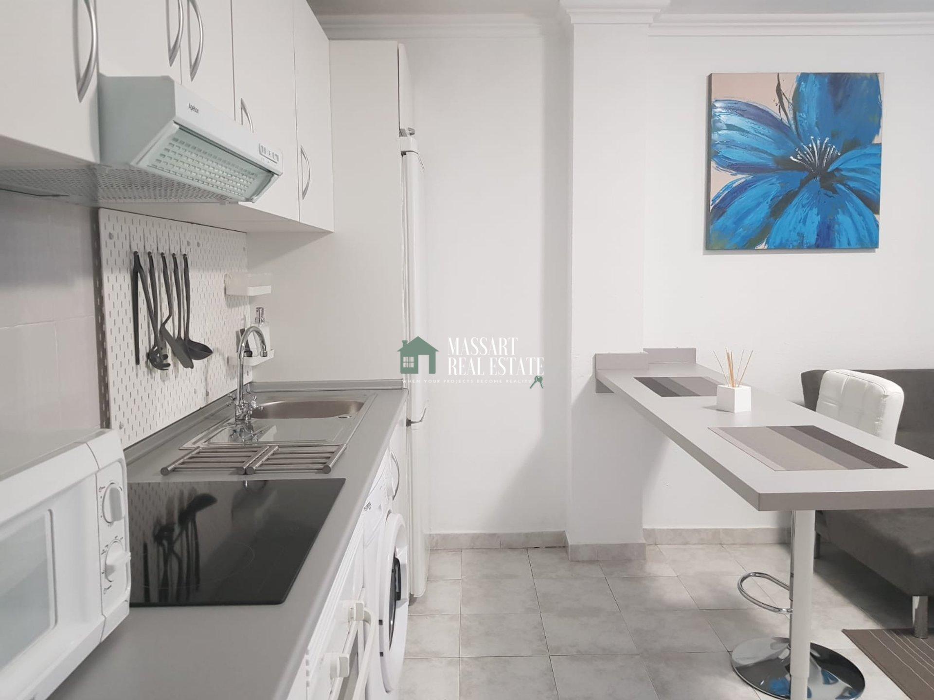 In affitto nel centro di Adeje, appartamento di circa 60 m2 completamente arredato in stile moderno e caratterizzato dal suo buono stato.