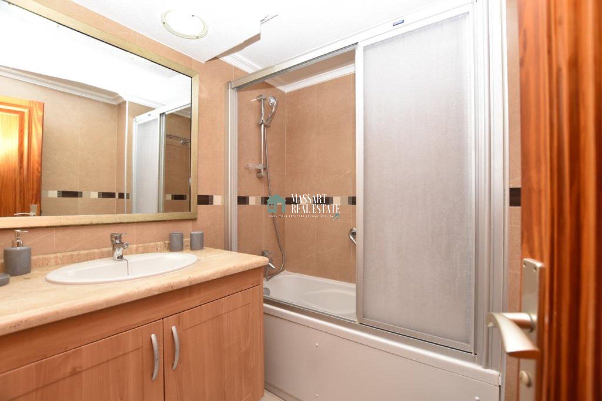 Appartement meublé de 75 m2 situé dans le centre de Los Cristianos, dans le complexe résidentiel populaire de Beverly Hills.