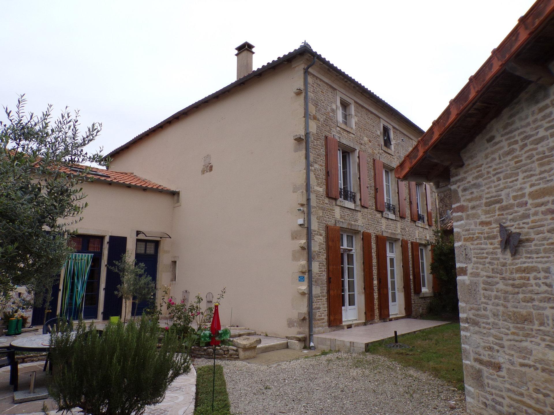 Ensemble immobilier entre Chef Boutonne et Villefagnan