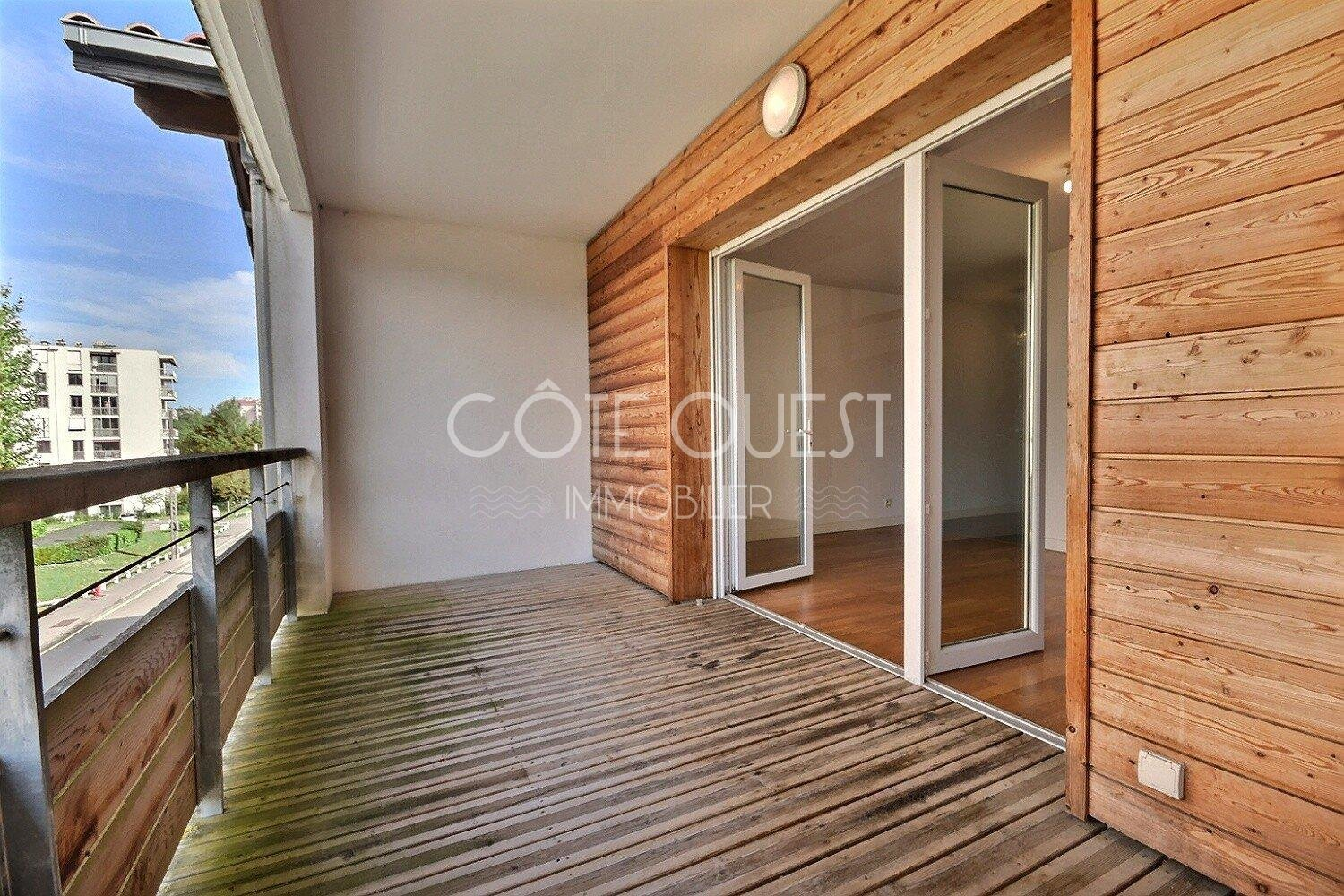 ANGLET - AN APARTMENT WITH A TERRACE NEAR THE SHOPS AND SCHOOLS