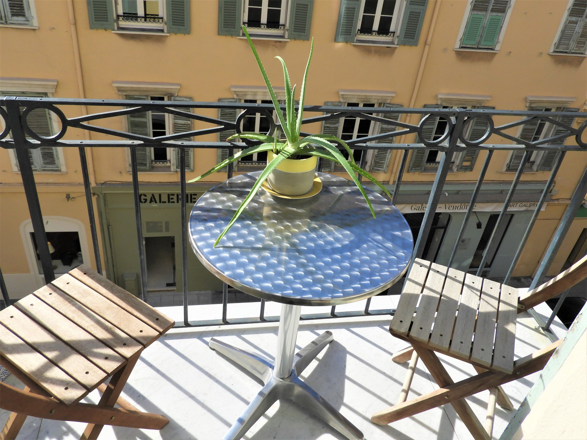 PORT OF NICE - BEAUTIFUL 2 BED APART WITH SUNNY BALCONY