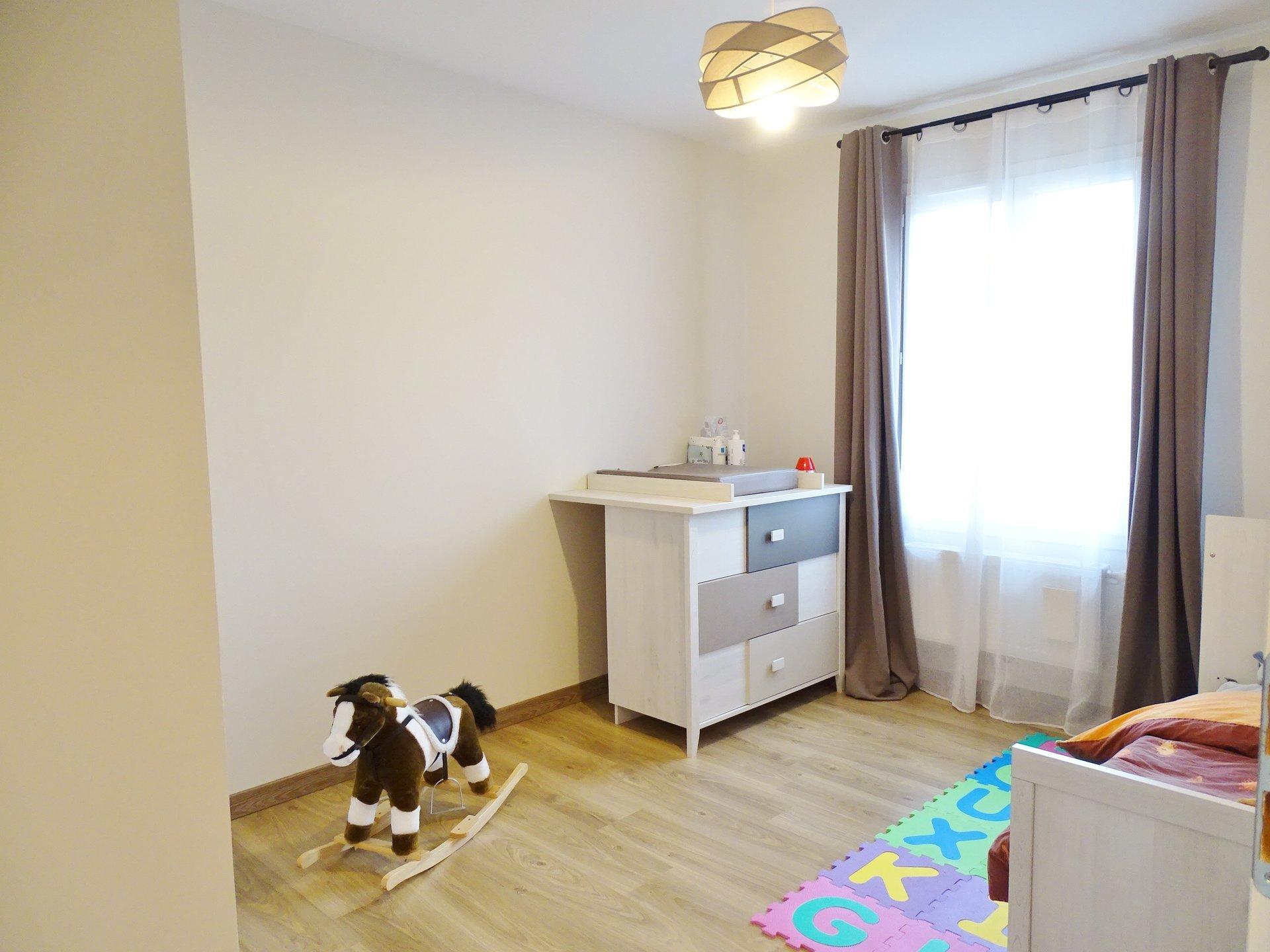 Pour le prix d'un appartement avec terrasse, profitez de cette maison en parfait état construite en 2011. Vous apprécierez ce hall d'entrée avec placard donnant sur un agréable séjour de 30 m² environ et ouvert sur une cuisine équipée moderne. A l'étage vous découvrirez 3 chambres et la salle de bains.  Les plus : chaudière gaz à condensation, climatisation, alarme, belle terrasse, garage de 24 m² plus mezzanine aménagée en espace bureau, terrain de 261 m² offrant une vue dégagée... Maison située sur Sennecé-les-Mâcon. A SAISIR RAPIDEMENT. Honoraires à la charge du vendeur.