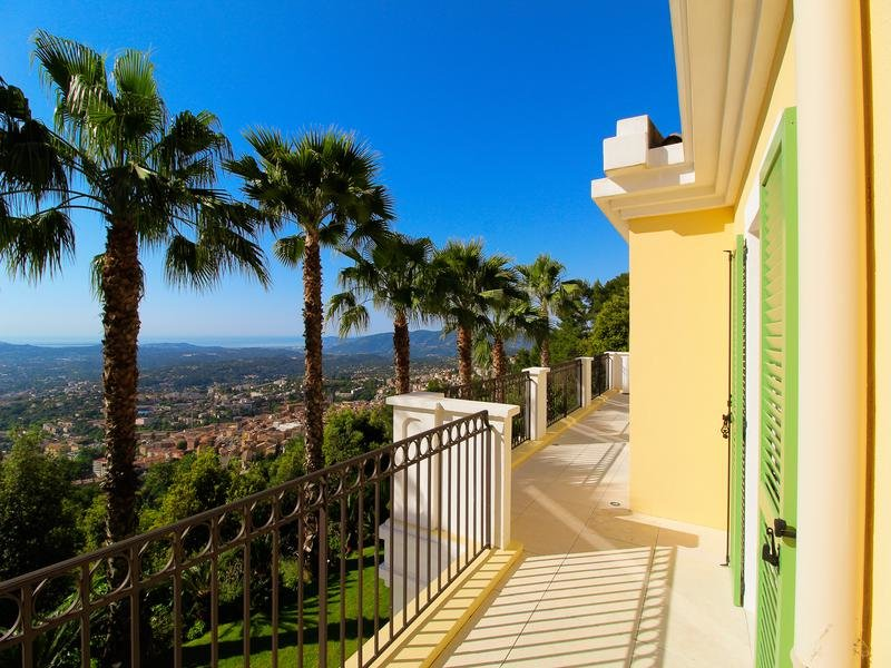 For Sale in Grase - Beautiful Neo-Provencal villa overlooking Grasse with stunning panoramic sea views to the bay of Cannes