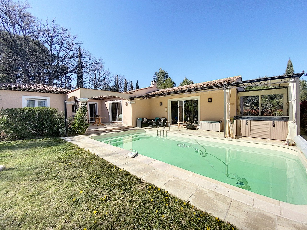 Rustig gelegen gelijkvloerse villa met zwembad in perfecte staat,