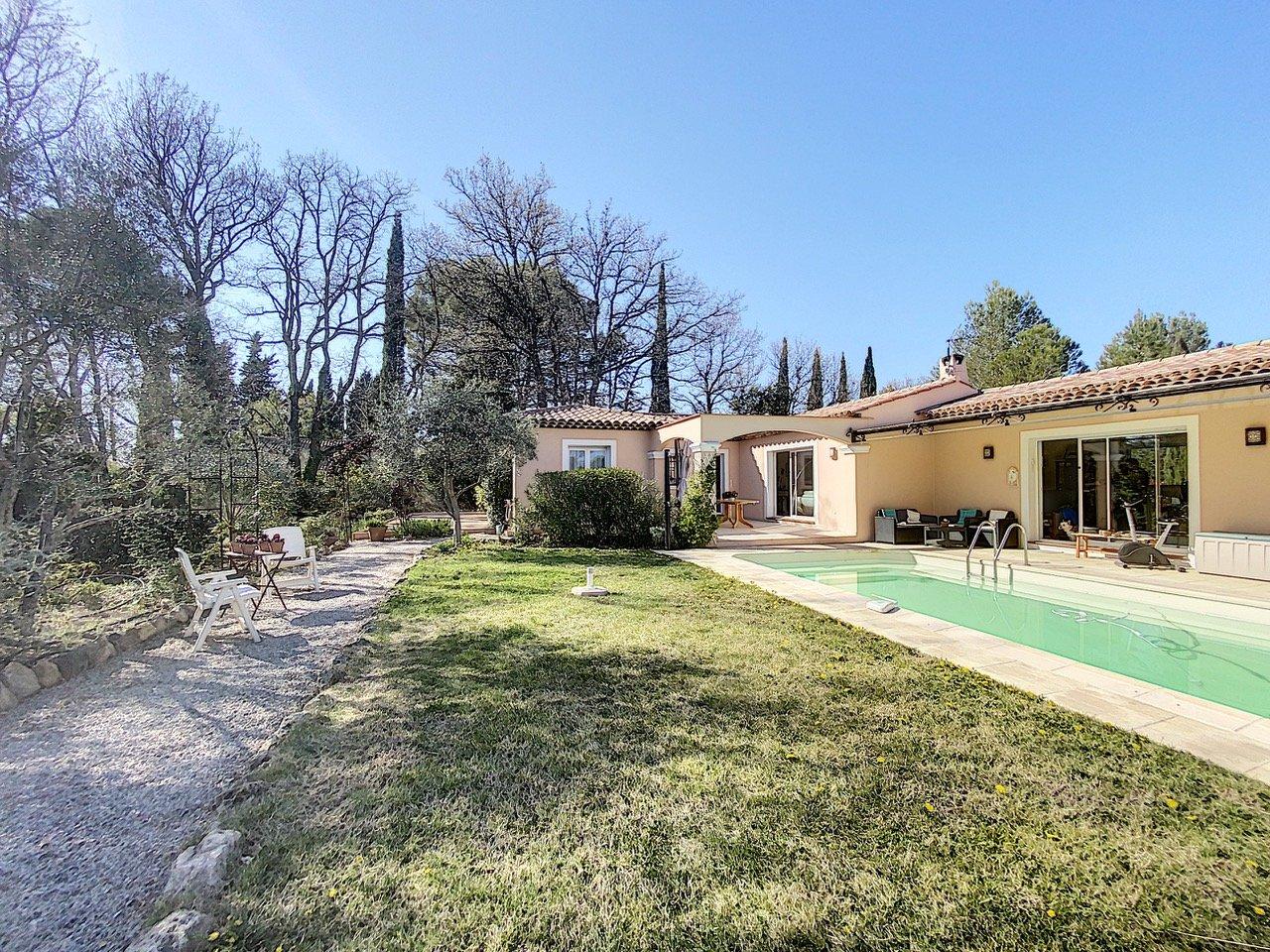 Villa plain pied avec piscine en parfait état, quartier calme