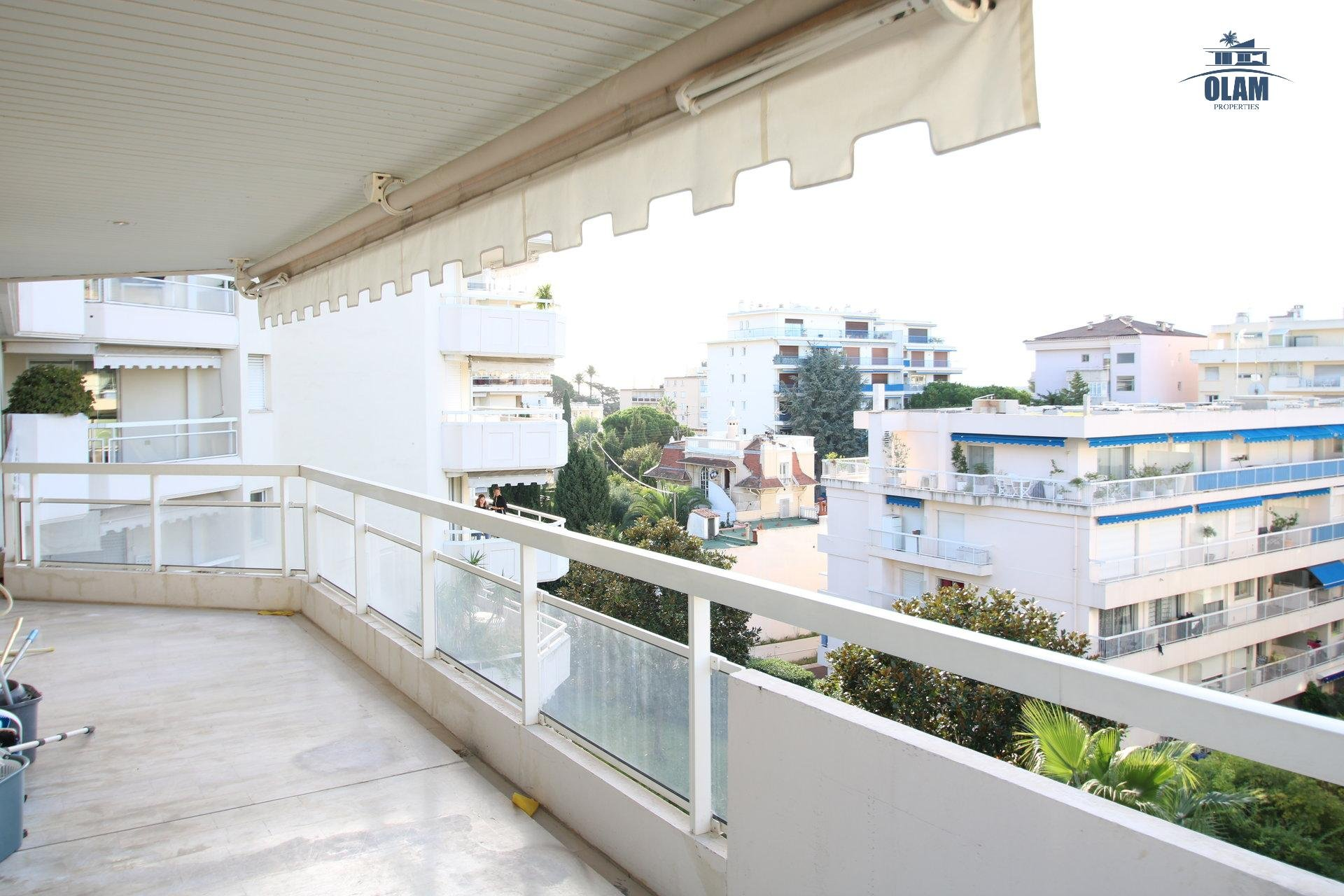 3-bedroom apartment in a premium residence, steps to beaches