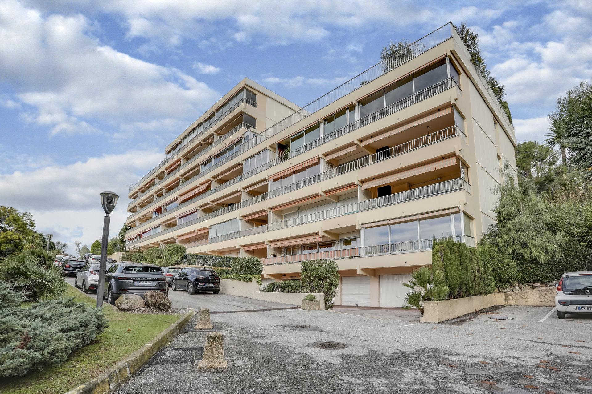 Antibes – Sydvendt 4 roms m/terrasse, sjøutsikt, garasje og pool.