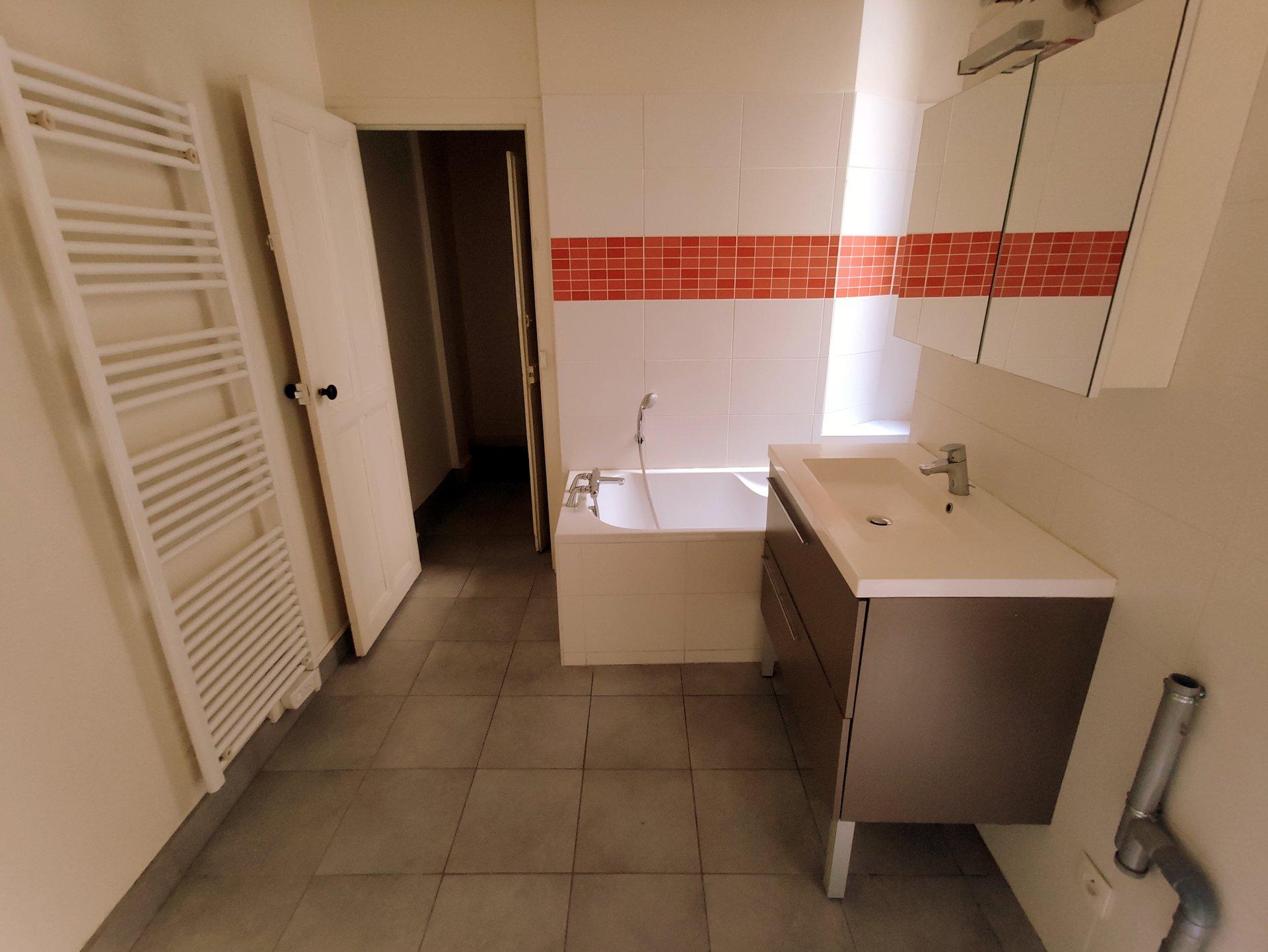 T4 108 m² LYON 4 + parking + cour privative