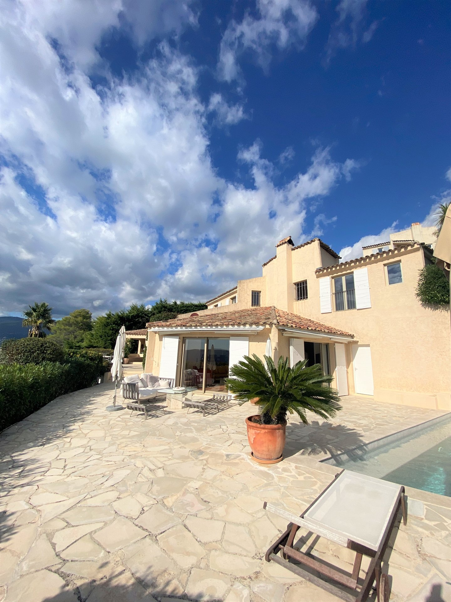 "Magnificent villa located in the very prestigious domain of ""Castellaras-le-Neuf"". Mouans Sartoux"