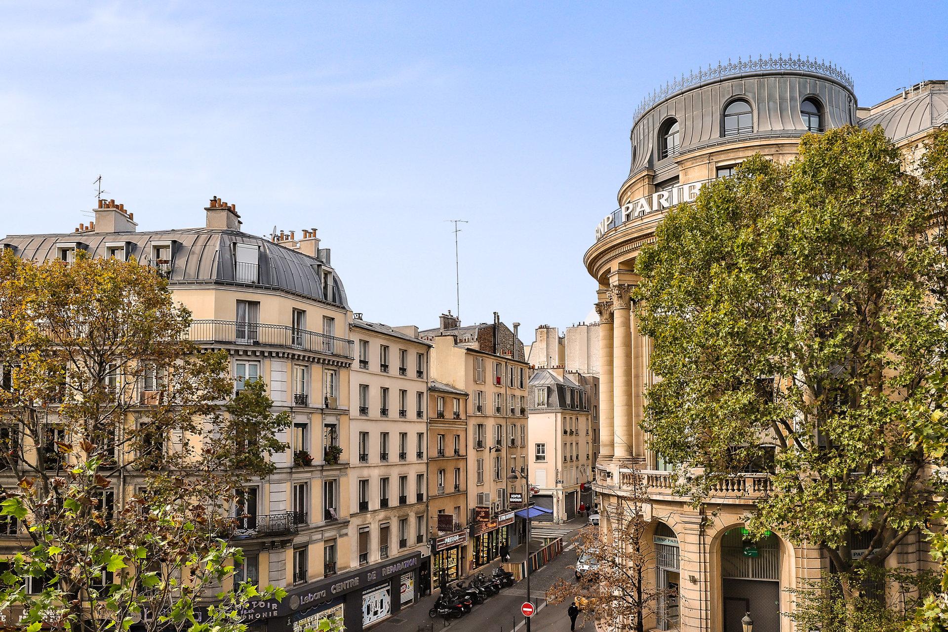 Paris - XVIII ème - M° Barbes Rochechouart - 5 Pièces - EN ÉTAGE AVEC ASCENSEUR - 3 CHAMBRES SUR COUR - VUE DÉGAGÉE VERDURE, CIEL ET TOITS - ENSOLEILLÉ